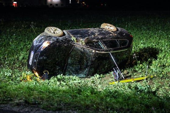 Der Wagen kam in einem Feld schließlich zum Liegen.