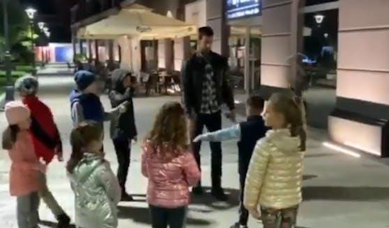 Novak Djokovic mit einem spontanen Tennis-Kurs für Kinder in Belgrad.