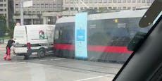 Fahrer missachtet Vorrang, Lieferwagen mit Bim verkeilt