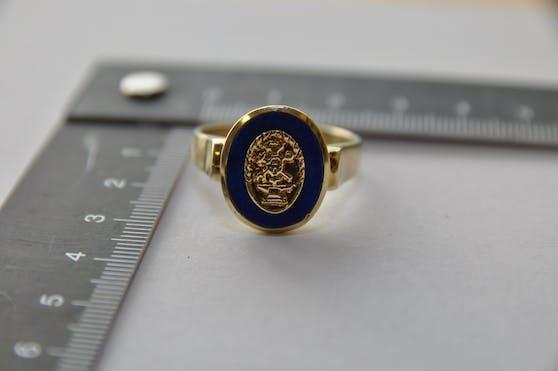 Die Polizei hat mehrere gestohlene Schmuckstücke, darunter auch diesen Ring, sichergestellt.
