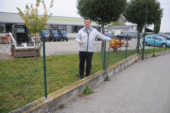 Maschinenring-Geschäftsführer Markus Göstl zeigt die Stelle wo der Häcksleranhänger abtransportiert wurde. Der Zaun ist aufgeschnitten worden.