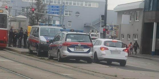 Polizei kontrolliert Straßenbahn