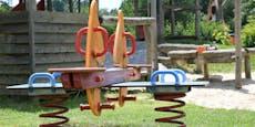 Messer-Duo prügelt und ohrfeigt Kinder auf Spielplatz
