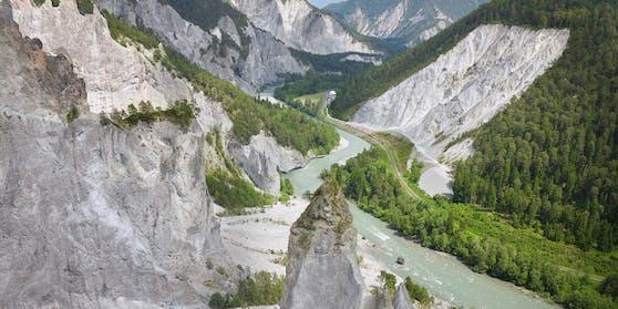 Auf seinem Weg passiert der Zug die monumentale Rheinschlucht zwischen Ilanz und Reichenau