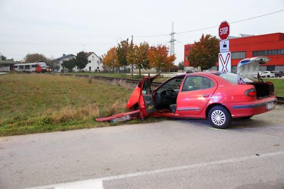 Eine Garnitur der Almtalbahn erfasste das Fahrzeug, vier Menschen wurden verletzt.