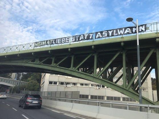 Ein Leser entdeckte das Banner auf der Brücke.