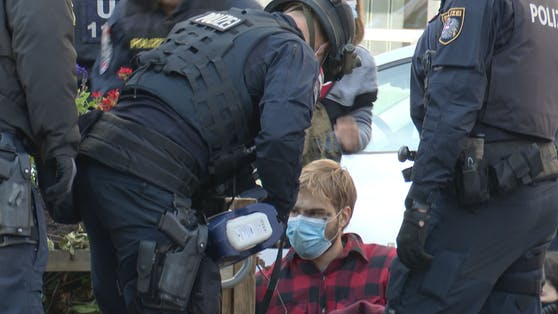 Am Freitagmorgen löste die Polizei die Klima-Blockade in der Operngasse auf.