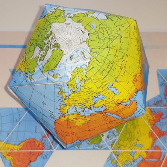 Ein Ikosaeder (hier auf die Erdkugel projiziert) ist einer der fünf platonischen Körper und besteht aus 20 kongruenten gleichseitigen Dreiecken mit 30 Kanten und 12 Ecken.