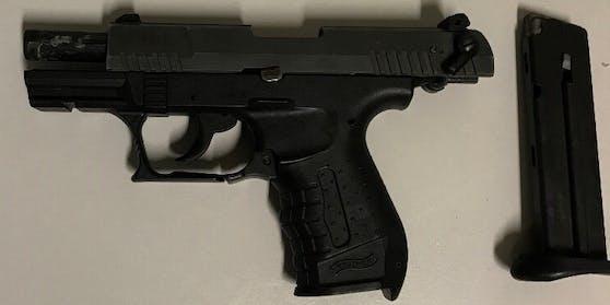 Mit dieser Gaspistole soll ein 20-Jähriger mehrere Menschen auf offener Straße  bedroht haben.