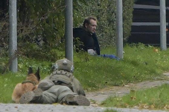 Madsen - observiert von einem Beamten. Kurz darauf erfolgte der Zugriff.