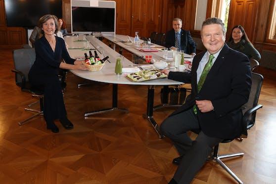 Grünen-Chefin Birgit Hebein überraschte Bürgermeister Michael Ludwig (SPÖ) mit Bier, er revanchierte sich mit veganer Bio-Bäckerei und Green Smoothies.