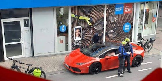 Der Lamborghini wurde von einer Fahrrad-Polizei gestoppt.
