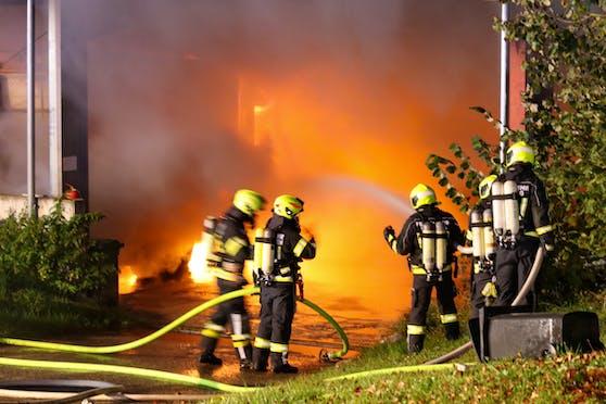 Mehrer Explosionen waren zu hören, dann brannte es licherloh.