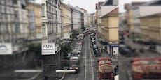 Stau-Chaos in Währing, weil Falschparker Bim blockiert