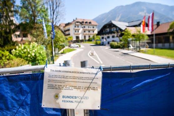 Trotz Reisewarnung steht eine Grenzschließung wie im April noch nicht im Raum. Im Bild: Geschlossene Grenze zu Österreich in Bayerisch Gmain am 23. April 2020