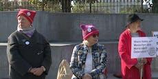 Omas demonstrieren für Aufnahme von Moria-Kindern