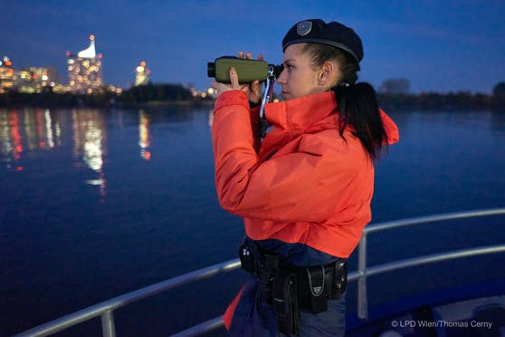 Polizeischiffsführerin Sarah hält Ausschau.