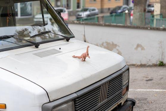 Der Dino prangt auf der Motorhaube.