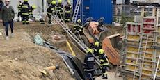Arbeiter stürzt mit Muldenkipper in Grube