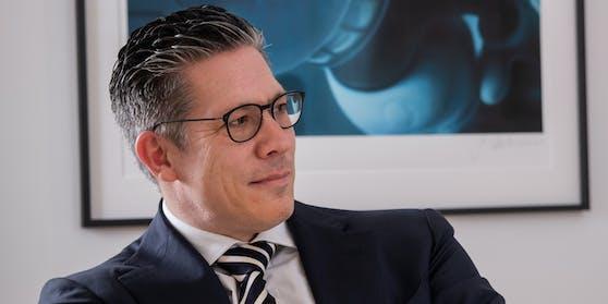 Rechtsanwalt Florian Höllwarth verteidigt.