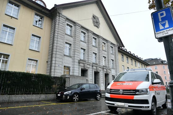 Ein Polizeiwagen steht vor dem Bezirksgericht Zürich