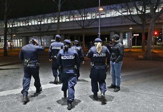 Das Alkoholverbot im Freien in der Nähe von Lokalen kommt. Kontrollieren soll es die Polizei.