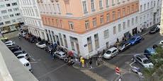 Hunderte Wiener stehen vor Apotheke in der Schlange