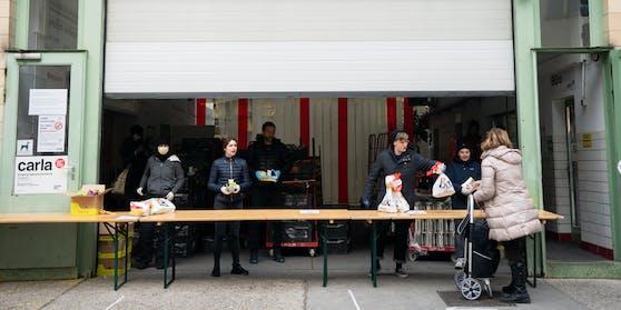 Schon im März musste die Caritas Notausgabestellen für Lebensmittel eröffnen