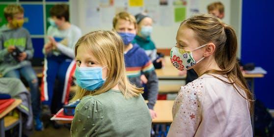 Schichtbetrieb und Schutzmasken: Die heimischen Schüler werden von der Coronakrise gebeutelt.