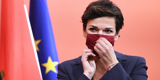 Pamela Rendi-Wagner promovierte 1996 an der Universität Wien, war international als Infektiologin, Epidemiologin undTropenmedizinerin tätig.