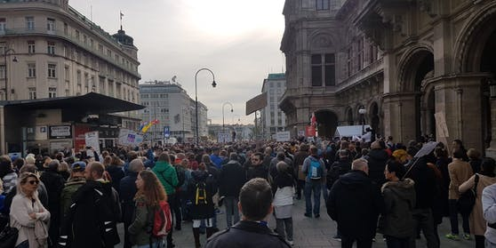 Hunderte Teilnehmer demonstrieren gegen die Corona-Maßnahmen