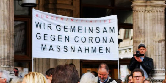 In der Salzburger Altstadt wurde am Montag gegen die Corona-Maßnahmen der Regierung demonstriert (Symbolbild)