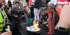 Hier verbrennen Corona-Leugner ihre Masken