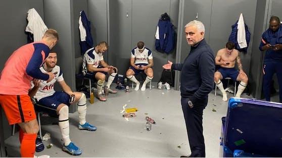 Jose Mourinho zeigt die Handysucht seiner Spieler.