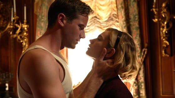 """Gefährliche Liebe auch abseits der Dreharbeiten? Armie Hammer und Lily James in der Hitchcock-Neuverfilmung """"Rebecca""""."""