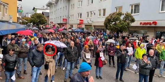 Stadtchefin Hedi Wechner inmitten der Demonstranten, die Schutzmasken fehlen.