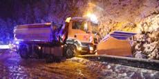 Schneepflug rutscht von Straße, droht in Bach zu fallen