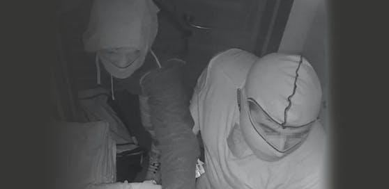 Die Polizei sucht nach diesen beiden Männern. Sie sollen mit einem Schlüssel in ein Cafe eingebrochen sein.