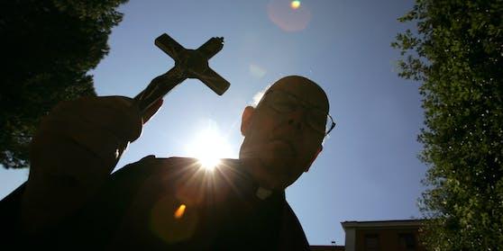 Der römisch-katholische Priester Gabriele Amorth SSP (+ 2016) war 30 Jahre als Exorzist in Rom tätig.