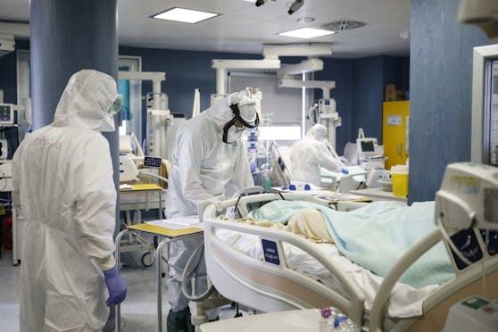 Ein Corona-Patient wird behandelt. Symbolbild