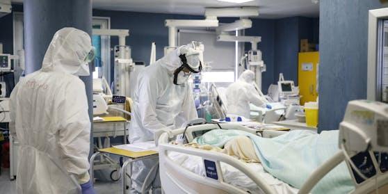 Ein Corona-Patient wird behandelt.