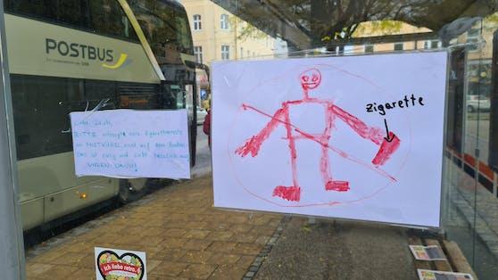 Mit diesen Zetteln bzw. Plakaten macht ein junger Umwelt-Aktivist die Raucher darauf aufmerksam, ihre Tschick richtig zu entsorgen.