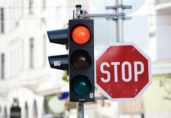 Nicht nur diese Verkehrsampel leuchtet rot.