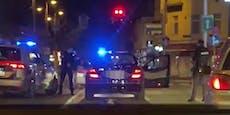 Polizisten nehmen Männer aus schwarzem Mercedes fest