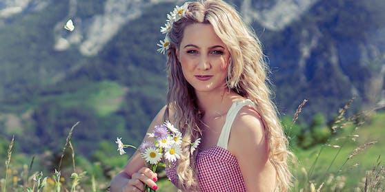"""Glücklich lächelnd in den Bergen: So kennen die FansMelissa Naschenweng (""""LederHosenRock""""). Doch es gab auch andere Momente."""