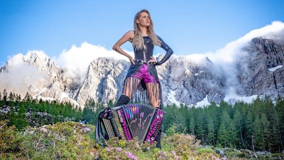 Ihre pinke Lederhose ist ihr Markenzeichen auf der Bühne. Privat zeigt sichMelissa Naschenweng gerne auch mal ohne (fast) alles.