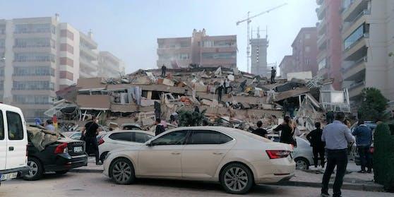 Ein eingestürztes Gebäude in Izmir, Türkei
