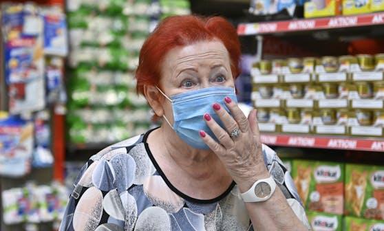 Eine Frau mit Schutzmaske in einem Wiener Supermarkt