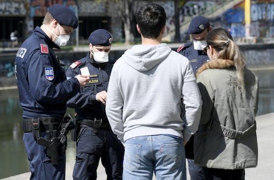 Polizei-Kontrolle: Künftig darf der Privatbereich nur in bestimmten Ausnahmefällen verlassen werden.