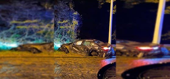 Der BMW ist völlig demoliert am Straßenrand zum Stillstand gekommen.